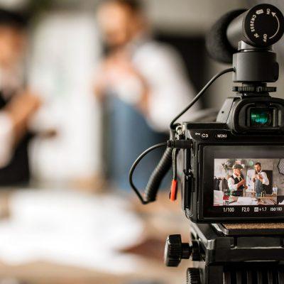Zwei Personen werden von einer Kamera gefilmt
