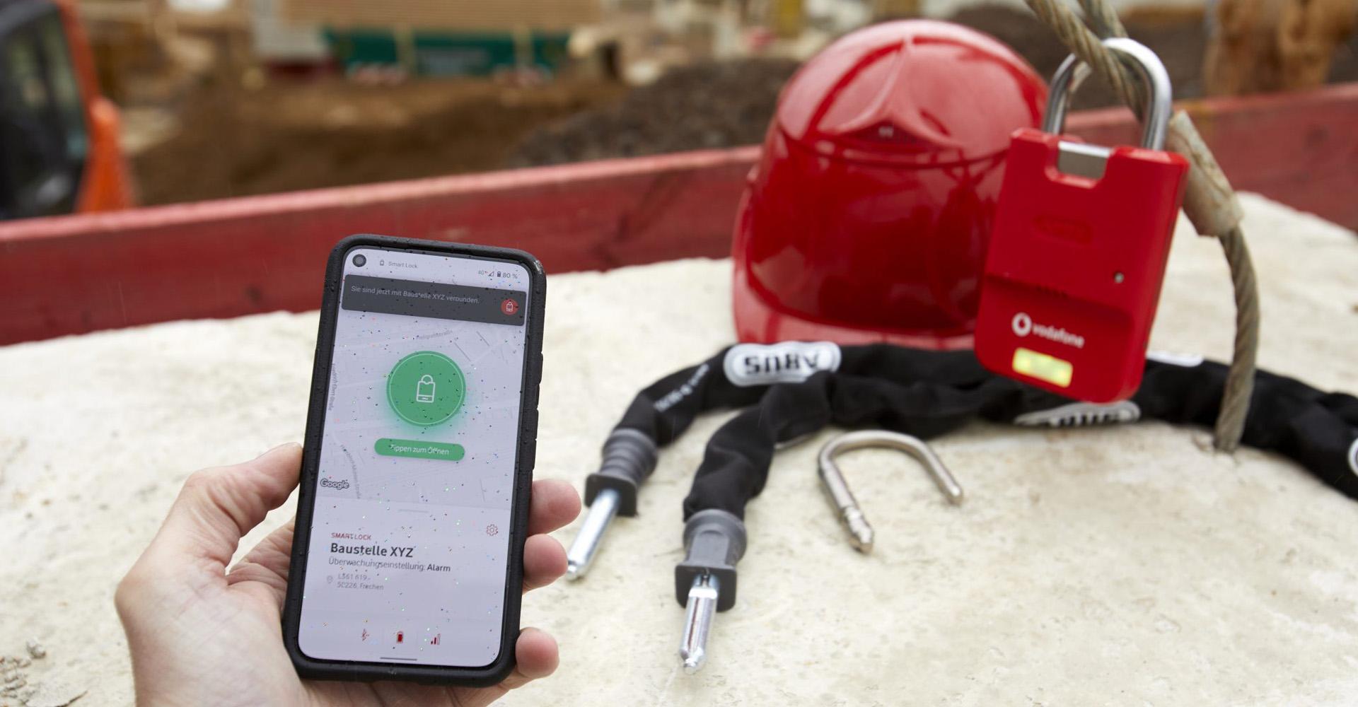 Smart Lock App und das dazugehörige Schloss auf einer Baustelle