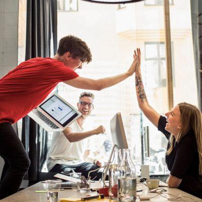 Kreativität in einem Startup-Büro mit 3 Mitarbeitenden