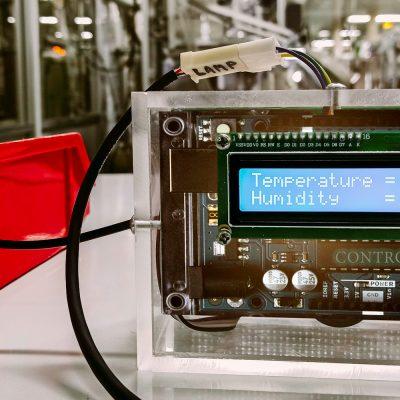 Ein Arduino-Computer in einer Maschinenhalle