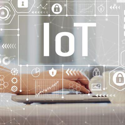 Symbolbild zum Thema IoT mit Laptop und Hand