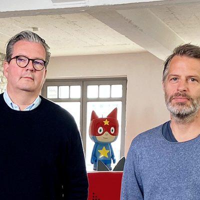 Patric Faßbender und Marcus Stahl mit einer Tonie-Figur