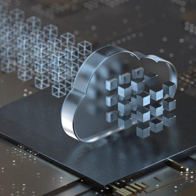 Symbolbild mit einer Cloud auf einem Mikrochip