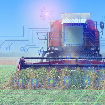 Ein Mähdrescher auf dem Feld ist von Daten umgeben
