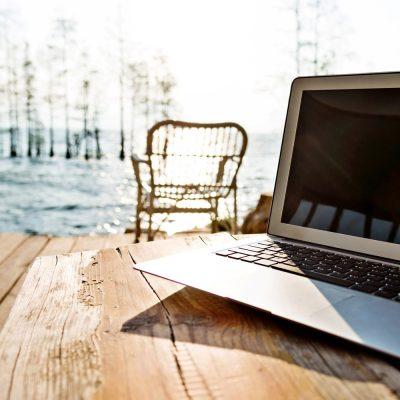 Ein Notebook steht im Freien auf einem Tisch