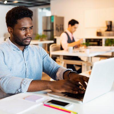 Entwickler in einer Agentur am Laptop
