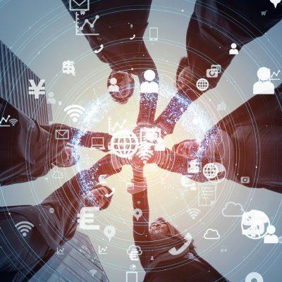 Sinnbild mit Geschäftsleuten, die einander die Hand reichen und Cloud-Symbole