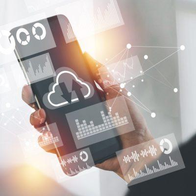 Das Bild zeigt eine Person, die ein Smartphone in der Hand hält und digitale Symbole.