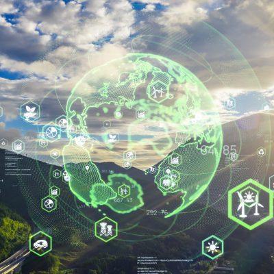 Digitale Cloud-Symbole mit Globus über einer Berglandschaft