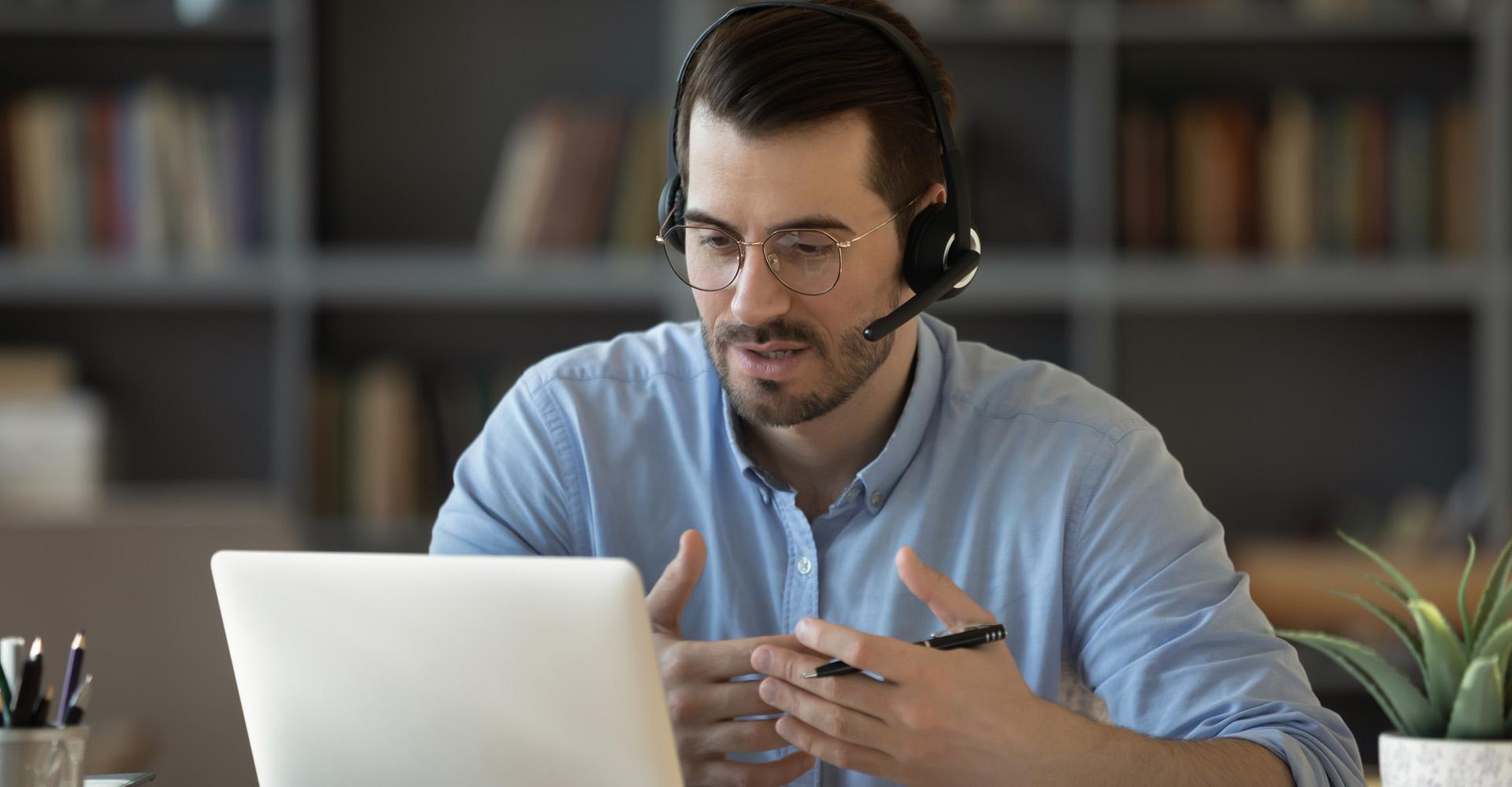 Ein Mann berät einen Nutzer via Remote-Zugriff