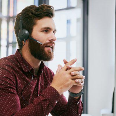 Ein Mann beim Remote-Support via Ammyy Admin.
