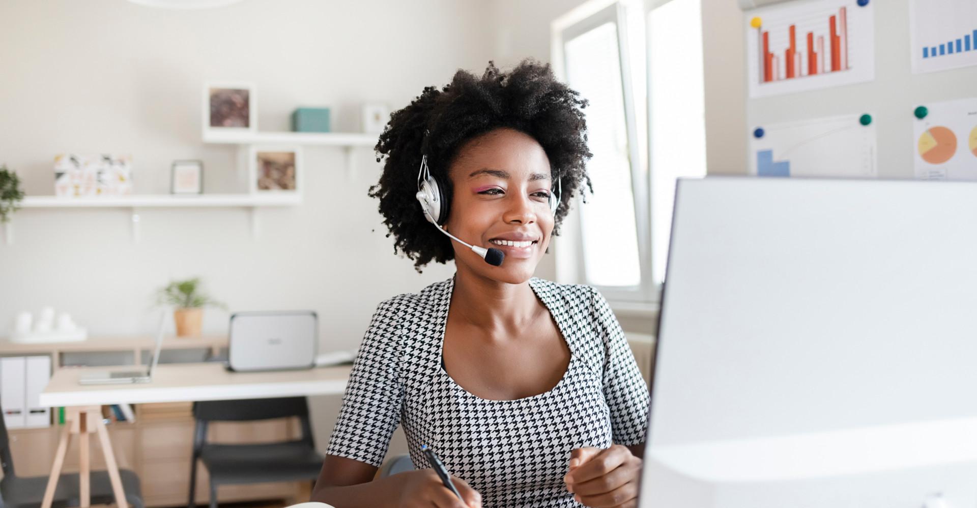 Eine Frau nimmt an einer Fernschulung via Remote-Verbindung teil.