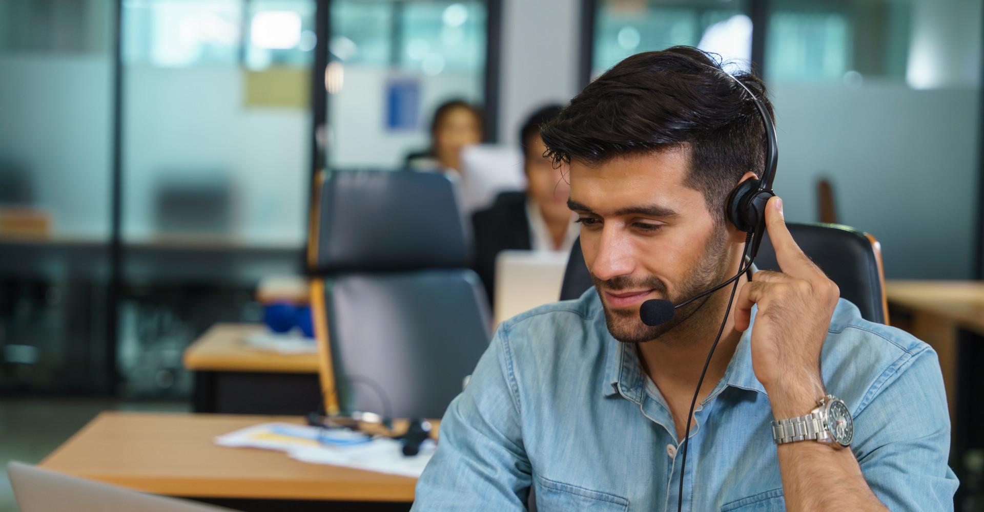 Ein Mann bei der Remote-Beratung per Voicechat.