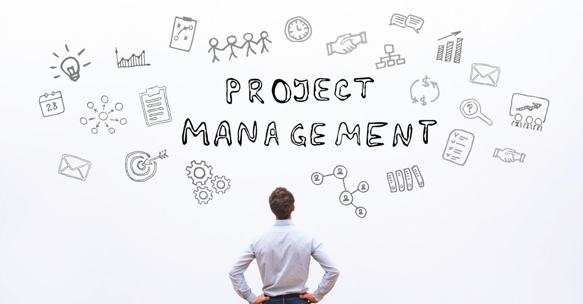 Ein Mann denkt über Aufgaben und Projekte nach.