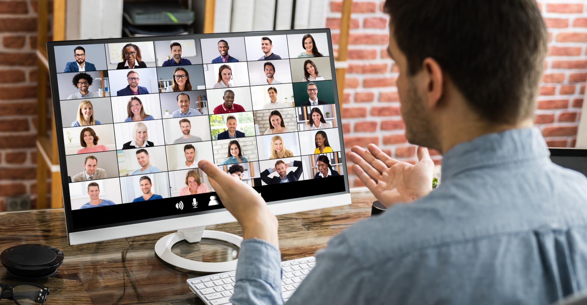Ein Mann erläutert etwas in einer Videokonferenz.