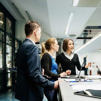 Ein gemischtes Team bespricht ein Projekt in einem Unternehmen