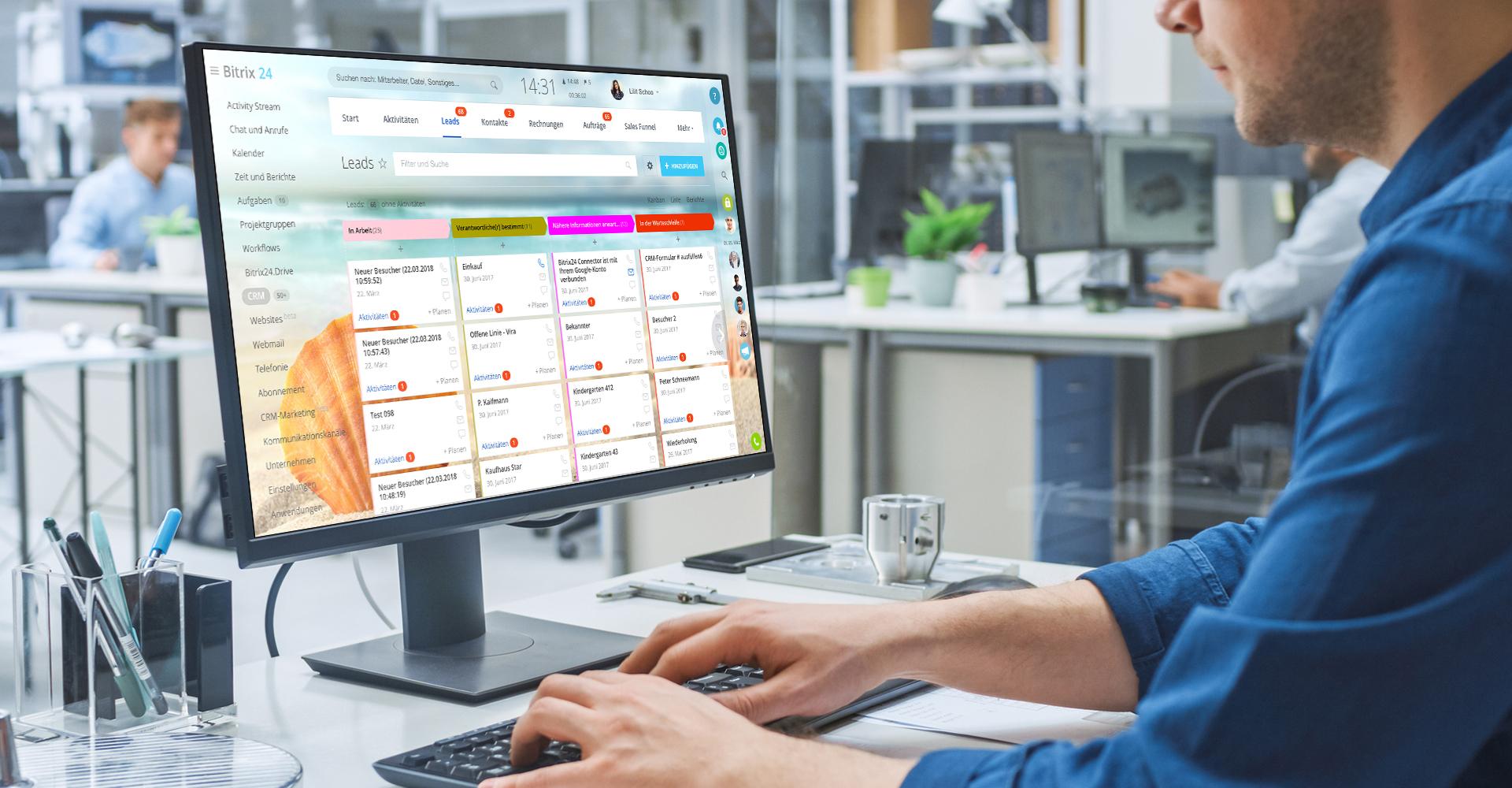 Ein Mann bearbeitet CRM-Leads in einem Unternehmen mit Bitrix24