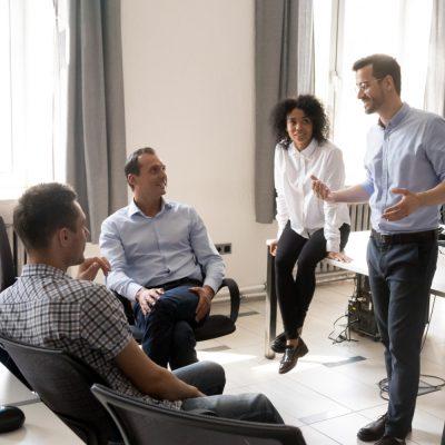Ein Team bei der Besprechung eines Projekts.