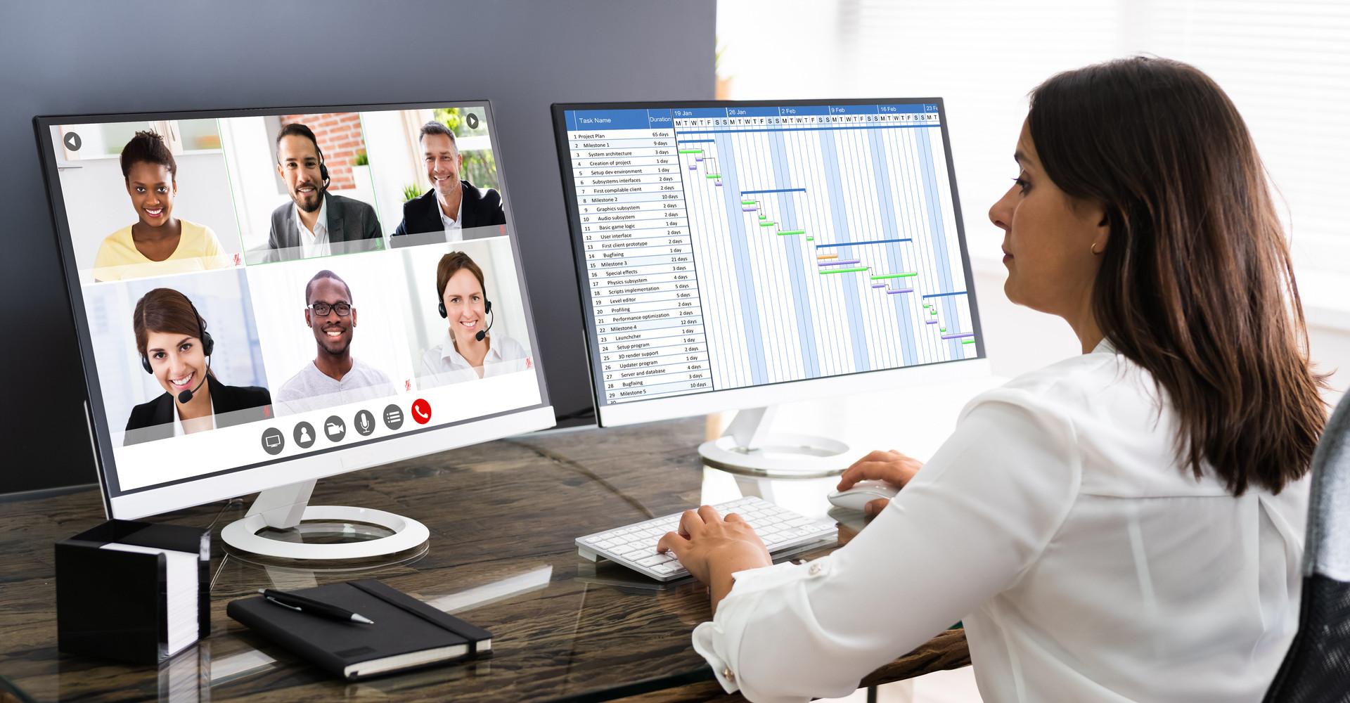 Eine Frau nimmt an einer Videokonferenz teil.